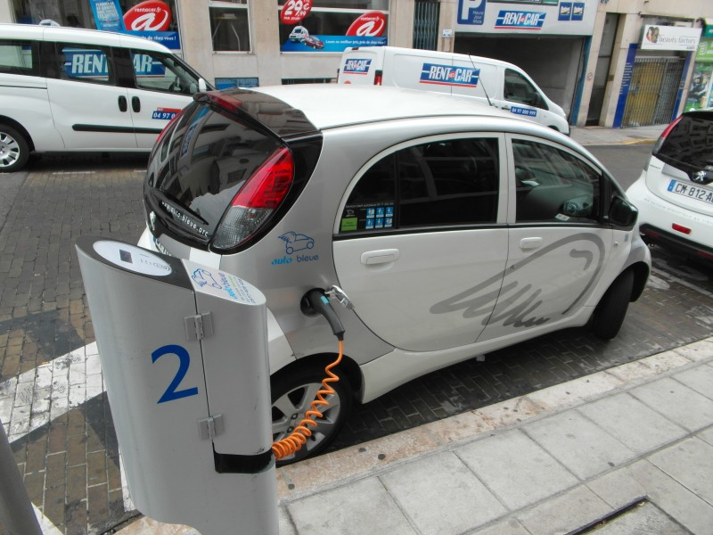 Antibes : Auto Bleue Peugeot IOn electric car